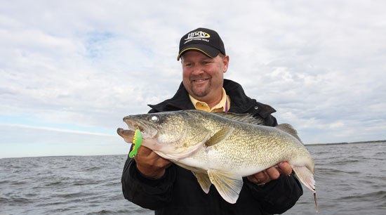 //www.in-fisherman.com/files/fall-walleye-locations/jon-thelen-shallow-daytime-trolling-points-walleyes-in-fisherman.jpg