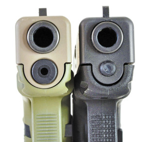 The difference between a Gen 4 (l.) and Gen 3 Glock is very visible at the muzzle, where the dual spring recoil system of the Gen 4 pistol is much wider.