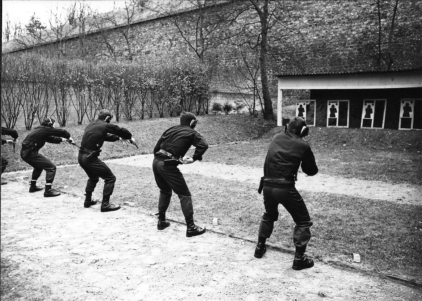 Members of GIGN practicing engagement from the draw with their MR73  revolvers. (ECP Armee)