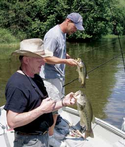 The Winneshiek neck of Pool 9 on the Mississippi River boasts some tournament-wining bass fishing.  (June 2007)