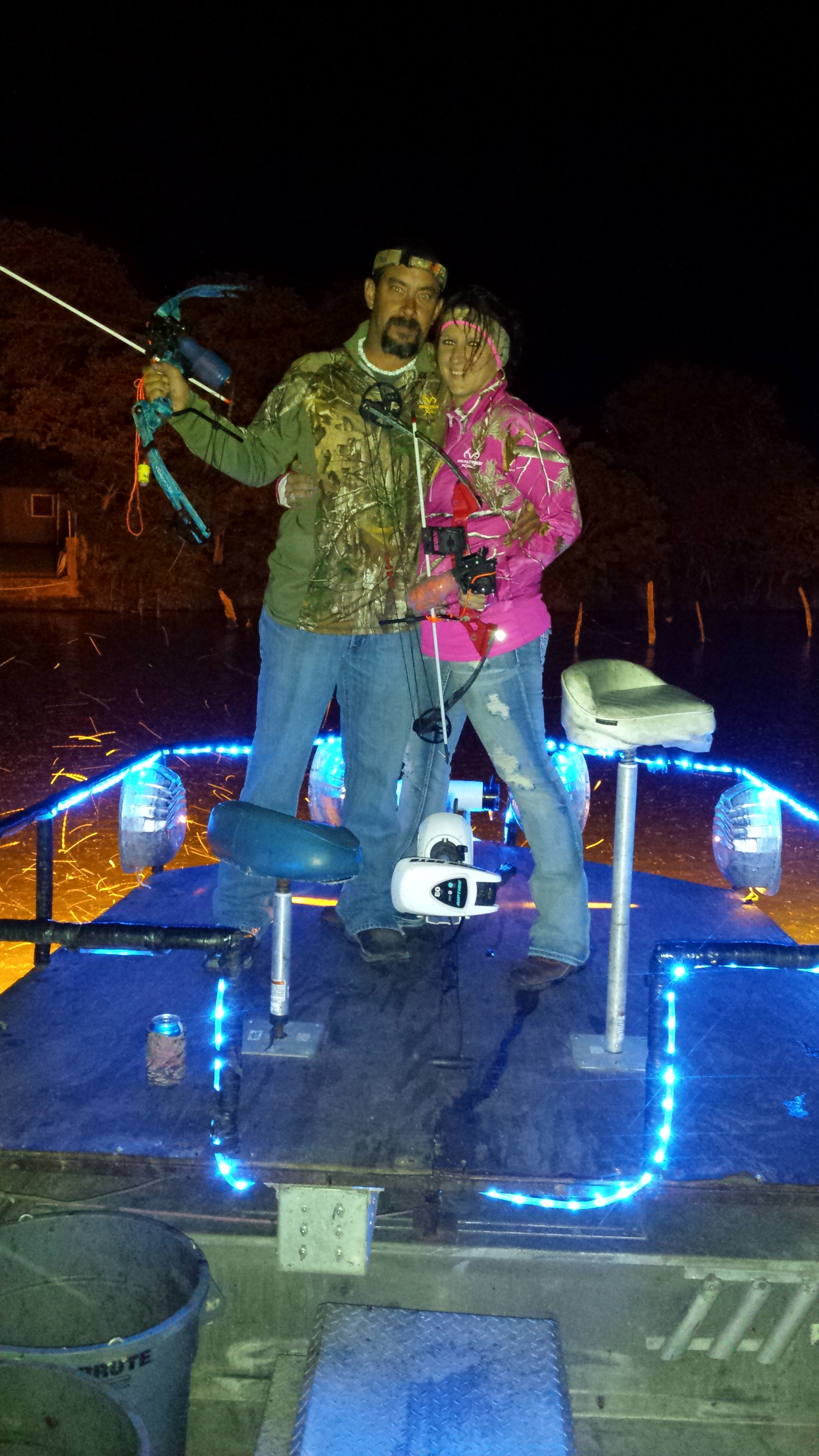 Bonnie and clyde bow fishing on lake lbj game fish for Bow fishing games