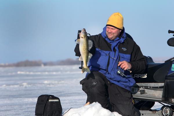 Winter_walleye_fishing
