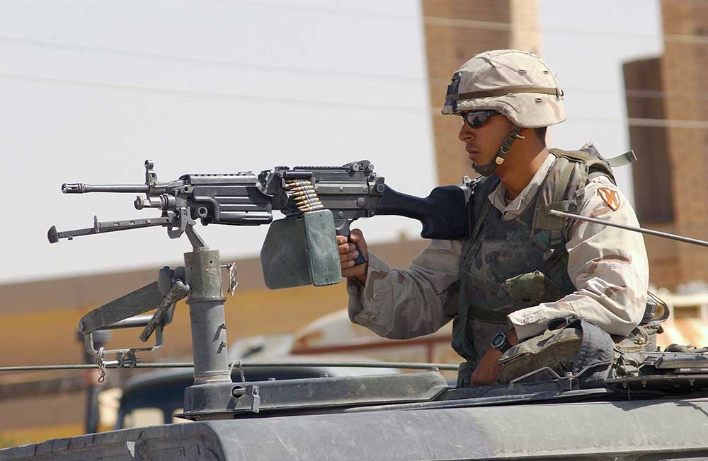 soldier-on-FN-m249-SAW