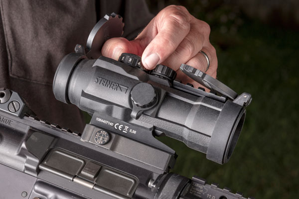 The top-mounted rheostat provides 10 brightness settings including those for low-light and night-vision use.