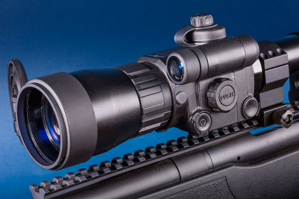 The Photon XT uses a CMOS sensor to gather light and an infrared Illuminator.
