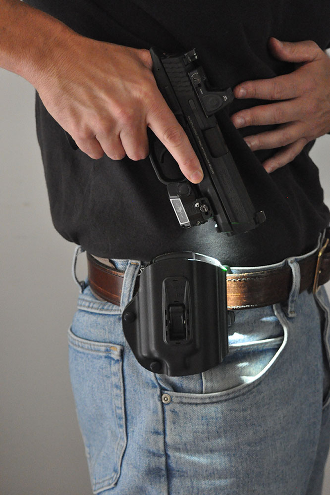 //www.gunsandammo.com/files/ga-basics-choosing-the-right-lights-and-lasers/lasers_lights_holster.jpg