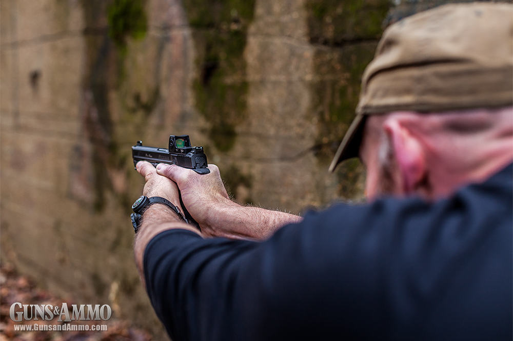 //www.gunsandammo.com/files/mini-red-dot-sights-for-concealed-carry/trijicon_rmr_concealed_carry_smith_wesson-m-p-c-o-r-e-9-pistol_35.jpg
