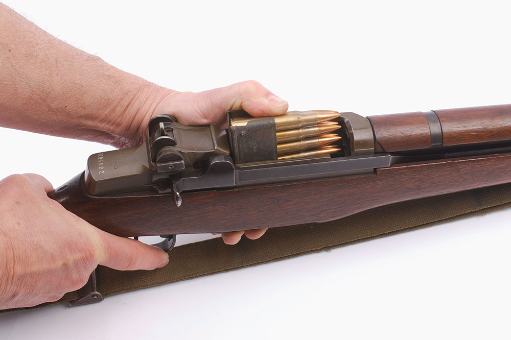 //www.gunsandammo.com/files/wwii-rifles-in-the-pacific-m1-garand-vs-arisaka/m1_garand_en_bloc_clip.jpg