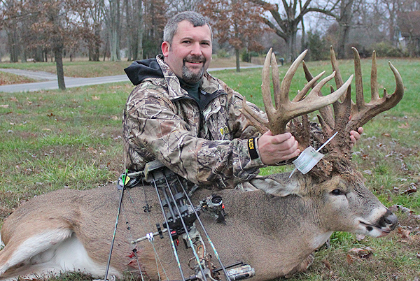 //www.northamericanwhitetail.com/files/ginormica-258-58-illinois-giant/08_cockburnbuck_113011.jpg