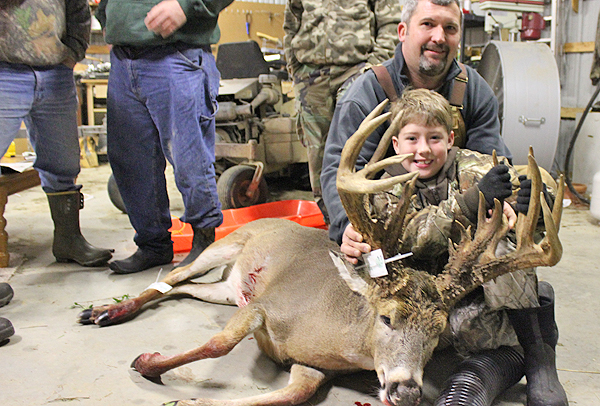 //www.northamericanwhitetail.com/files/ginormica-258-58-illinois-giant/09_cockburnbuck_113011.jpg