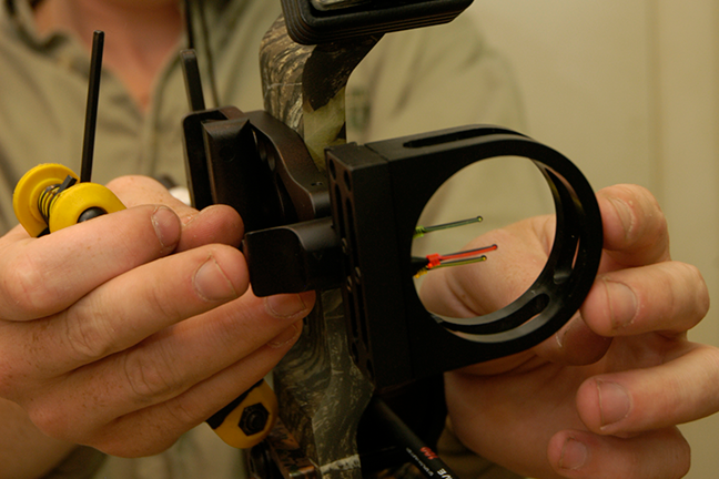 Adjusting bow sight