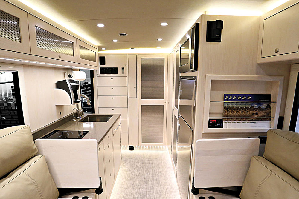 //www.petersenshunting.com/files/the-ultimate-hunting-vehicle-earthroamer-xv-lt/earthroamer_interior_2.jpg