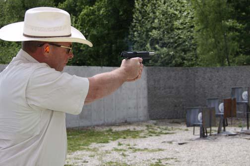 bart skelton shoots SIG 1911 Fastback